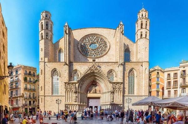 La facciata della Basilica di Santa Maria del Mar a Barcellona