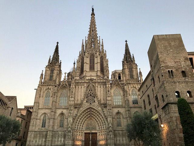 La facciata principale della Cattedrale di Barcellona